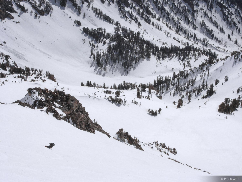 Long cruisy run on perfect spring corn snow on Static Peak. Snowboarder: Jason King.