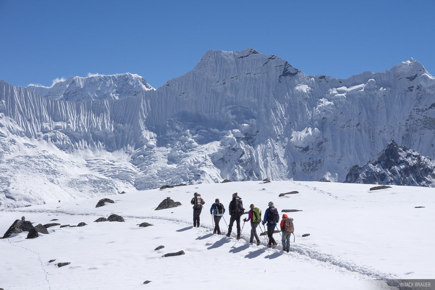 Hikers crossing the Kongma La.