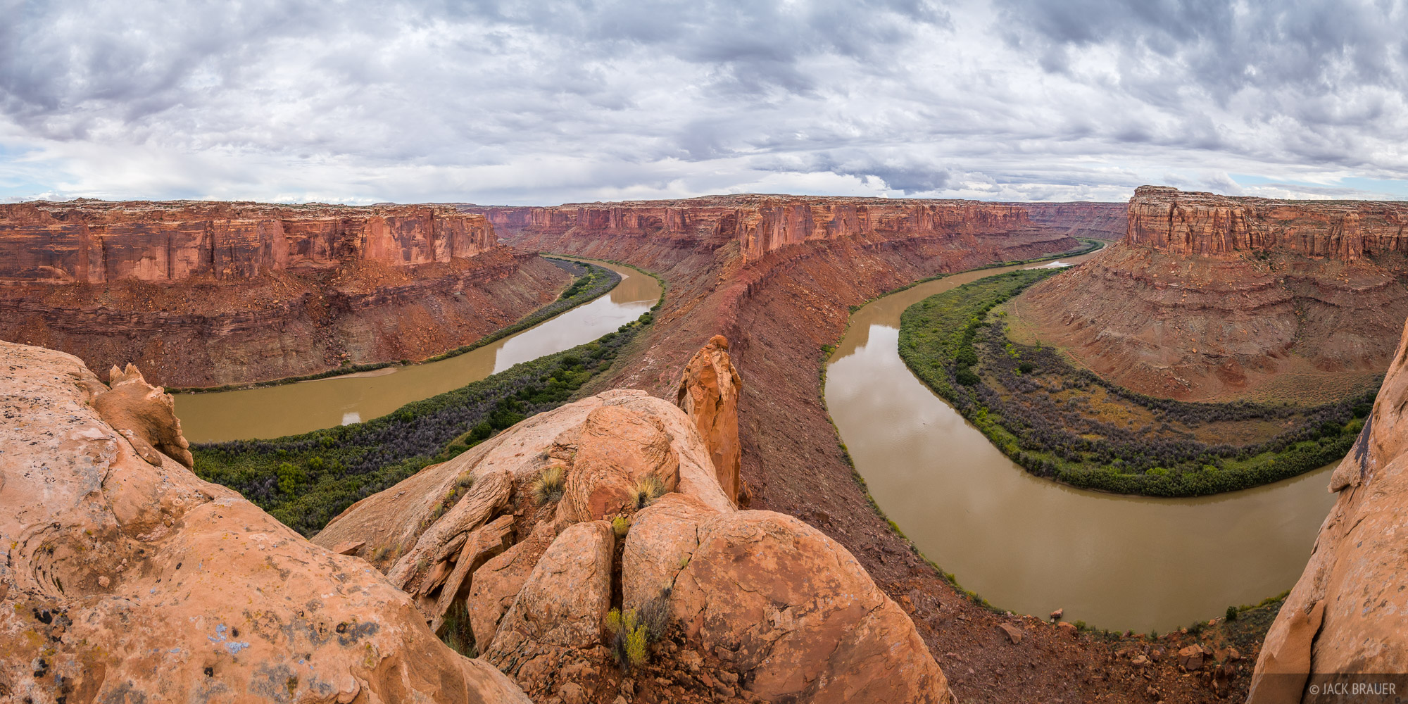 Overlooking a giant gooseneck of the Green River. The river flows from the left, curves around out of sight, then comes back...